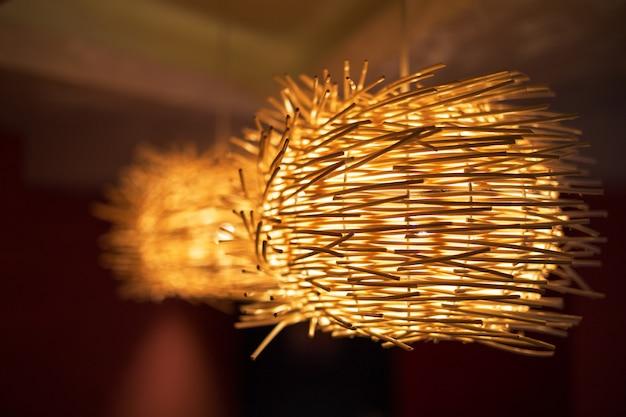 Klasyczna lampa wykonana z bambusowego kapelusza rolnika wiszącego na suficie