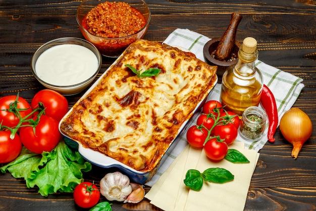 Klasyczna lasagne z sosem bolońskim i beszamelowym