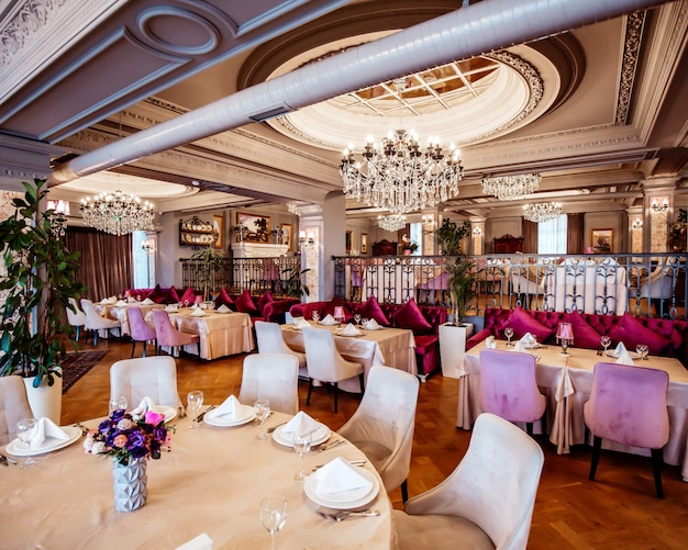 Klasyczna luksusowa restauracja ze stolikami i krzesłami