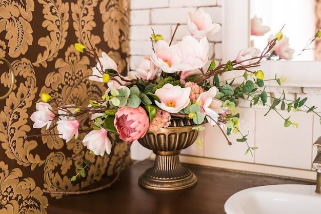 Klasyczna martwa natura ze sztucznymi kwiatami.