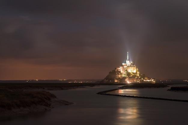 Klasyczna panoramiczna le mont saint-michel pływowa wyspa w pięknej nocy, normandy, francja