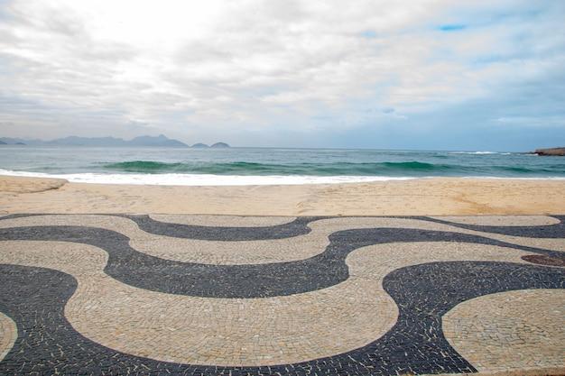 Klasyczna promenada copacabana z plażą w tle w rio de janeiro