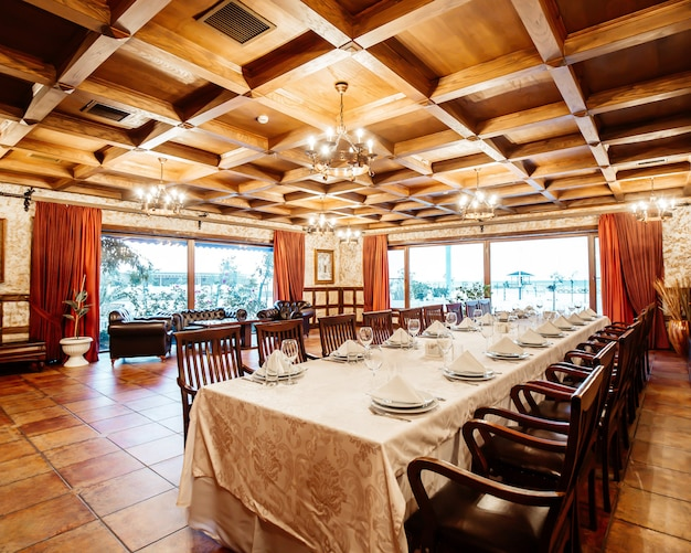 Klasyczna restauracja ze stolikami i krzesłami