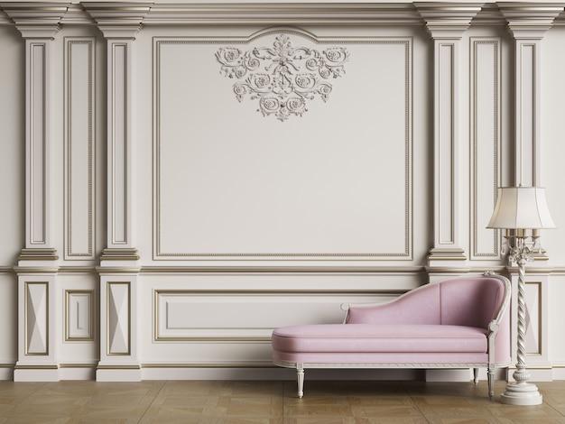 Klasyczna różowa sofa w klasycznym wnętrzu
