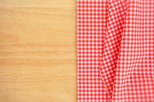 Klasyczna różowa tkanina w kratę lub obrus na drewnianym biurku z miejscem na kopię