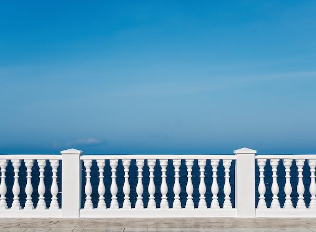 Klasyczna rzymska biała balustrada betonowa na zewnątrz budynku na tarasie
