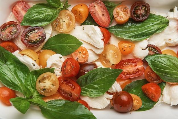 Klasyczna sałatka caprese, zdrowe jedzenie w kuchni wegetariańskiej