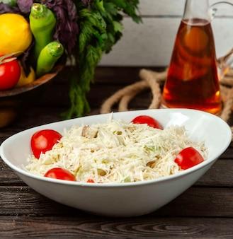 Klasyczna sałatka cezar z kurczakiem na stole na stole