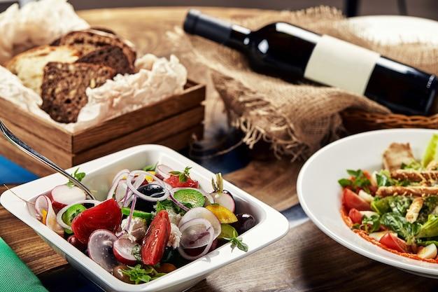 Klasyczna sałatka grecka. uroczyste dania bankietowe. menu restauracji dla smakoszy. białe tło.