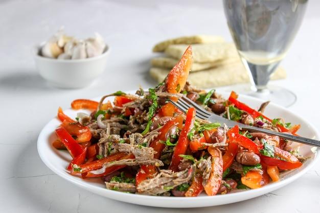 Klasyczna sałatka gruzińska z wołowiną i czerwoną fasolą