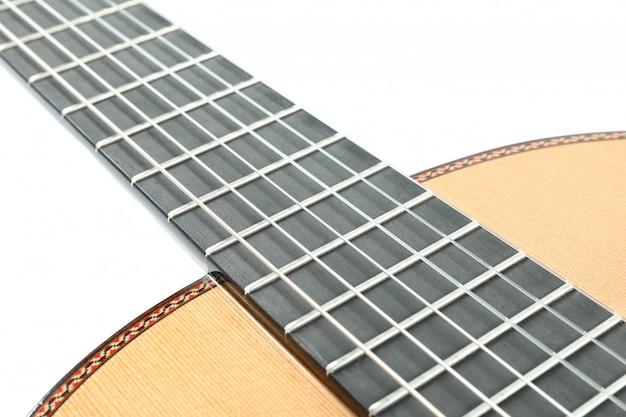 Klasyczna szyjka gitary na białym tle