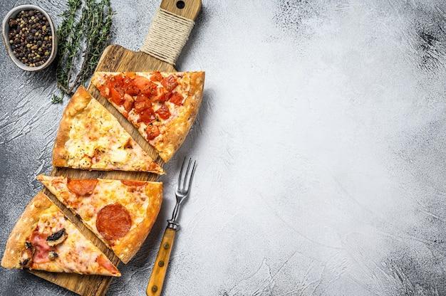 Klasyczna włoska pizza na drewnianej desce do krojenia