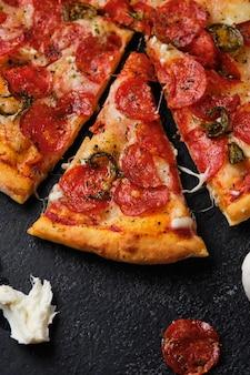 Klasyczna włoska pizza pepperoni z papryczkami jalapeno.