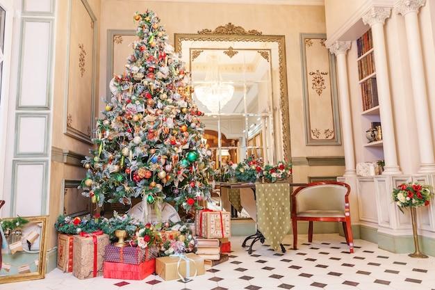 Klasyczne boże narodzenie nowy rok urządzone wnętrze pokoju drzewo nowego roku