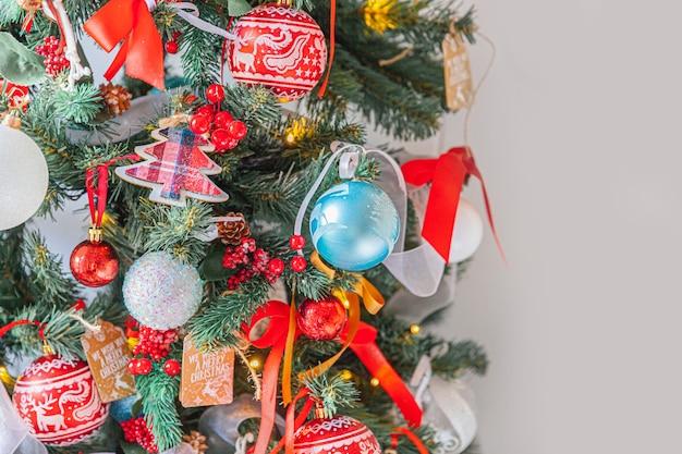 Klasyczne Boże Narodzenie Nowy Rok Zdobione Choinki Z Czerwono-białym Ornamentem Premium Zdjęcia