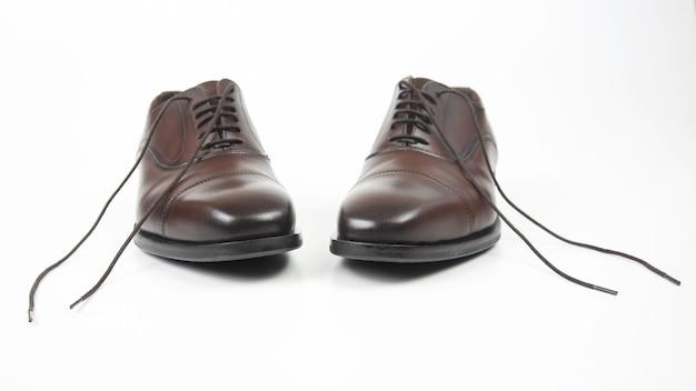 Klasyczne brązowe buty męskie na białym tle. skórzane buty
