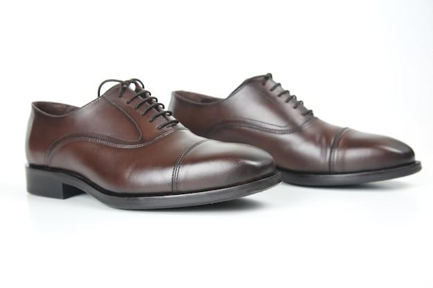 Klasyczne brązowe buty męskie na białym tle