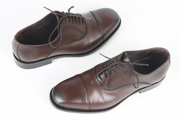 Klasyczne brązowe skórzane buty męskie na białym tle
