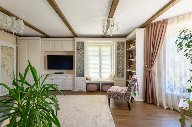 Klasyczne brązowo-białe wnętrze salonu z drewnianą podłogą i dużymi oknami