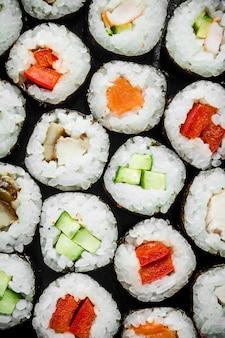 Klasyczne bułeczki z kurczakiem, łososiem i warzywami. widok z góry