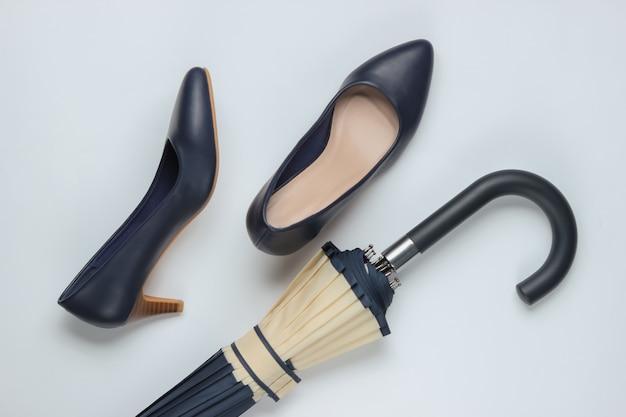 Klasyczne buty na wysokim obcasie, parasol na białym tle