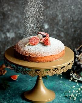 Klasyczne ciasto ozdobione połówkami fig i cukrem pudrem