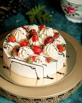 Klasyczne ciasto ozdobione posypką czekoladową i truskawkami