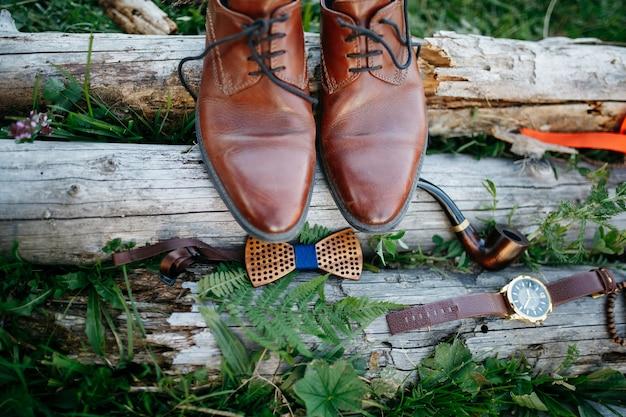 Klasyczne czerwone skórzane buty stoją na bloku nad muszką