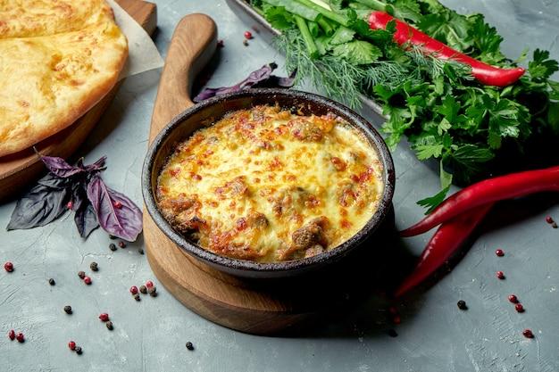 Klasyczne danie kuchni gruzińskiej twini lub pieczony mózg cielęcy z grzybami i serem