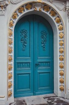 Klasyczne drewniane drzwi