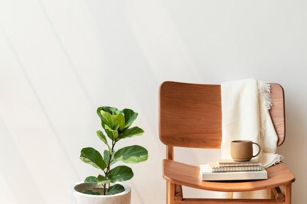 Klasyczne drewniane krzesło przy roślinie figowej o skrzypcach