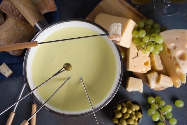 Klasyczne fondue ze szwajcarskiego sera