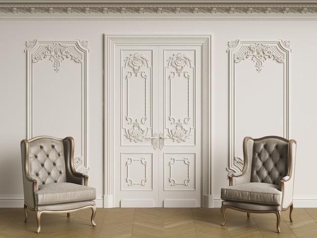 Klasyczne fotele w klasycznym wnętrzu. ściany z listwami i zdobionym gzymsem
