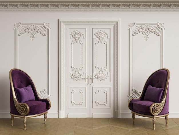 Klasyczne fotele w stylu barokowym w klasycznym wnętrzu. ściany z listwami i zdobionym gzymsem