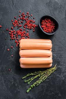 Klasyczne gotowane mięsne kiełbaski wieprzowe.