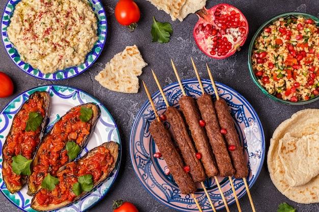 Klasyczne kebaby, sałatka tabbouleh, baba ganush i pieczony bakłażan z sosem.