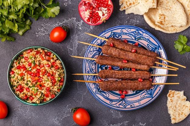Klasyczne kebaby z sałatką tabbouleh, tradycyjne danie bliskowschodnie lub arabskie