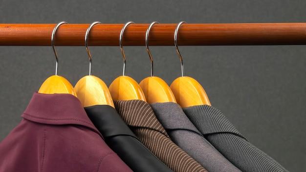 Klasyczne kurtki biurowe różnych kobiet wiszą na wieszaku do przechowywania ubrań
