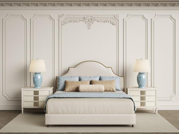 Klasyczne meble do sypialni w klasycznym wnętrzu. ściany z listwami, ozdobny gzyms