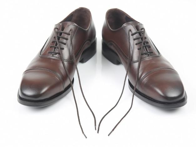 Klasyczne męskie brązowe buty na białej przestrzeni. skórzane buty