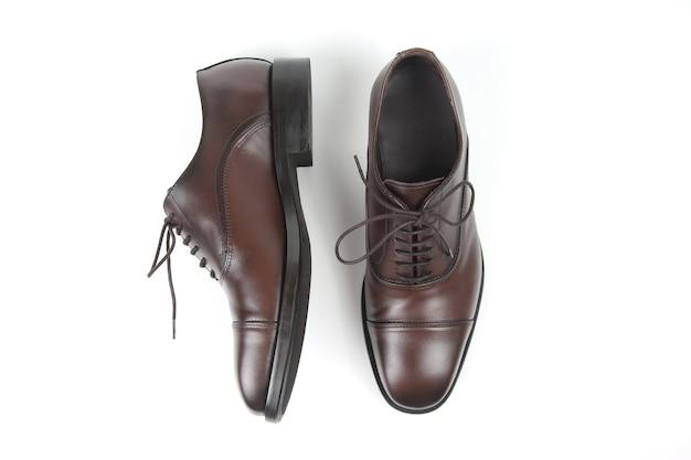 Klasyczne męskie brązowe buty na białym tle