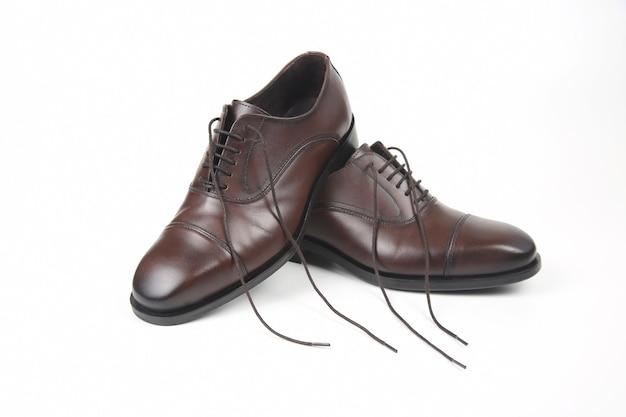 Klasyczne męskie brązowe buty oxford na białej przestrzeni. skórzane buty