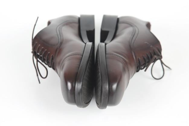 Klasyczne męskie brązowe buty oxford na białym tle. skórzane buty