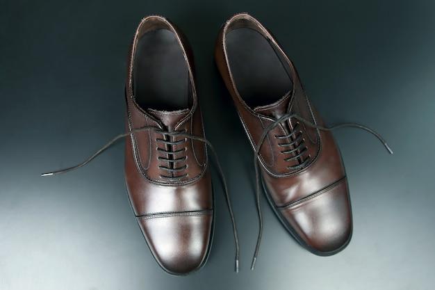 Klasyczne męskie brązowe buty oxford na ciemno