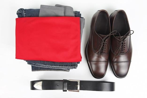 Klasyczne męskie brązowe buty, pasek i ubrania na białym tle