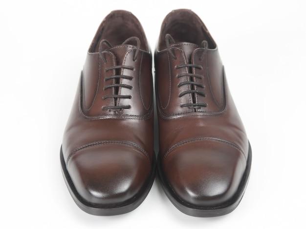 Klasyczne męskie brązowe skórzane buty na białym tle