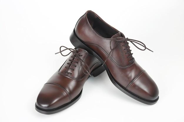 Klasyczne męskie buty oxford w kolorze białym. skórzane buty