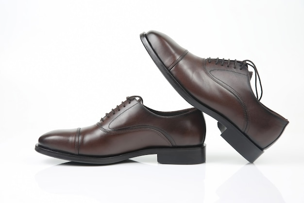 Klasyczne męskie buty oxford w kolorze białym.