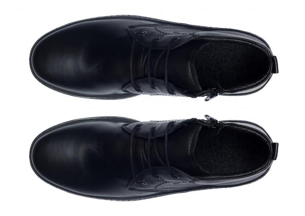 Klasyczne męskie skórzane buty na białym tle na widok z góry biały.