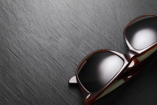 Klasyczne okulary przeciwsłoneczne na czarnym tle łupków
